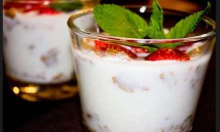 Yogur de kéfir con fresas y galletas
