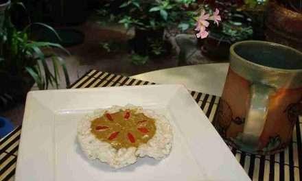 Desayuno saludable con galletas de arroz y crema de cereales