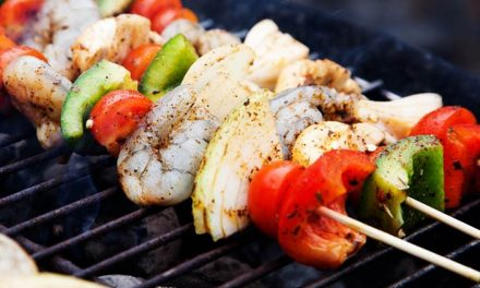 Brochetas de pollo y camarón con dip de kéfir