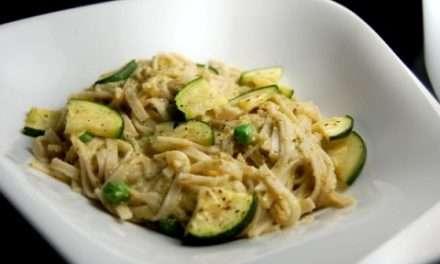 Verduras con salsa de kefir y noodles de arroz