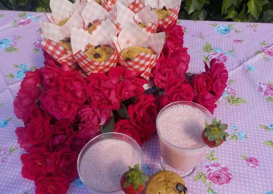 Muffins de kéfir con fresas y smoothie de kéfir y fresas