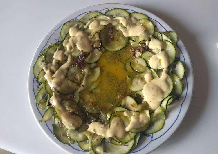 Carpaccio de calabacín con salsa de kéfir y mostaza