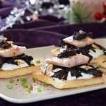 Canapé de anguila ahumada y trompetas de la muerte, un aperitivo elegante y exquisito