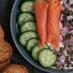 Bowl de Kéfir con salmón, verduras y tostaditas