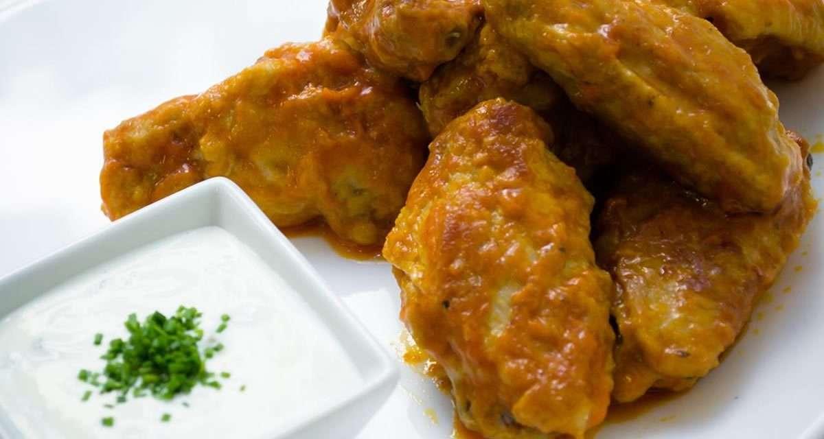 Alitas de pollo al estilo Buffalo Wings con salsa de Kéfir