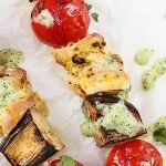 Brochetas de Pollo a la Parrilla con salsa raita de Kéfir y pepino