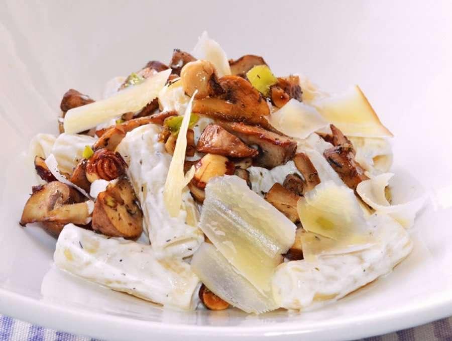 Receta de pasta con crema de kéfir, champiñones y queso ahumado