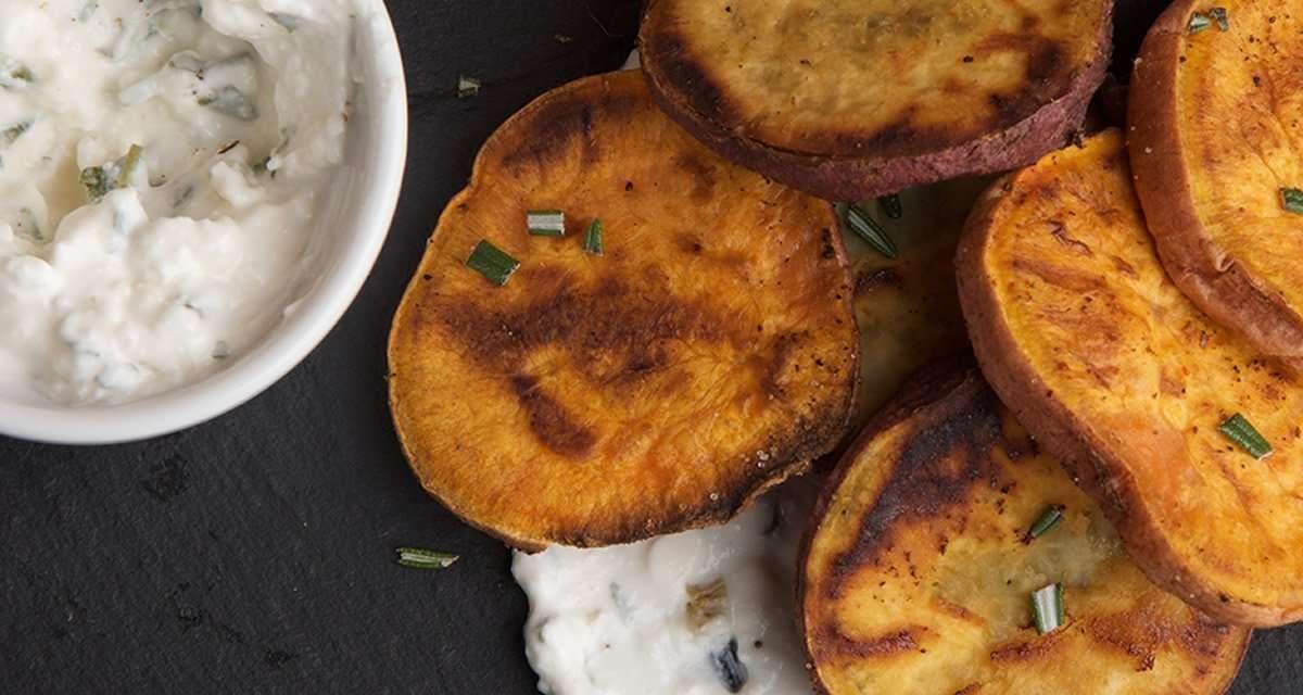Rodajas de boniato al curry con salsa de kéfir