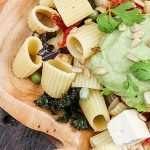 Rigatoni con Kéfir, aguacate, pesto y verduras de temporada