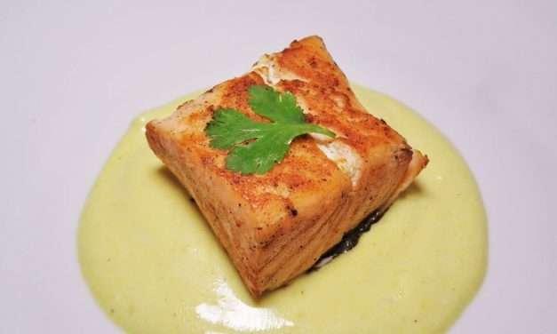 Salmón a la plancha con salsa de kéfir