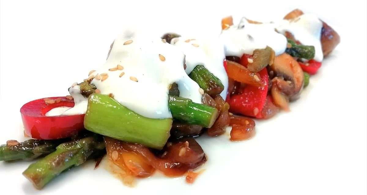 Salteado de verduras y pollo con salsa de kéfir y sésamo