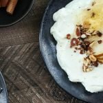 Kéfir con pera fresca, nueces y semillas