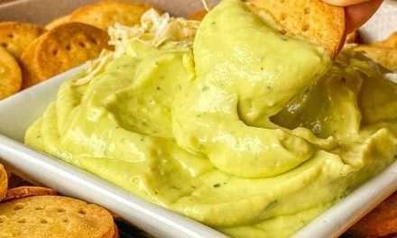 Galletas saladas de maíz sin gluten con dip de aguacate y kéfir